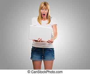 chockerat, kvinna tittande, hos, laptop