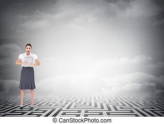 chockerat, labyrint, över, tidning, skyn, stilig, holdingen, affärskvinna, mot