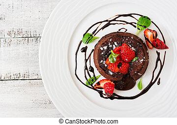 chocolat, fondant, (cupcake), à, fraises, et, poudre,...
