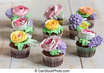 Chocolate cupcakes with cream-colored flowers. - Cupcakes...