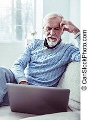 chodząc, błękitny, brodaty, jego, emerytowany, laptop, srebro, szykowny, używając, sweter, człowiek