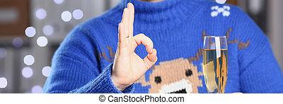 chodząc, błękitny, utrzymywać, sweter, jeleń, ciepły, szampan, ręka, człowiek