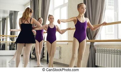 chodząc, balet, school., jej, taniec, studenci, pozycje, pointe-shoes., dziewczyny, petycje, porcja, mały, herb, samicze ręki, modny, podczas, lekcja, nogi, nauczyciel
