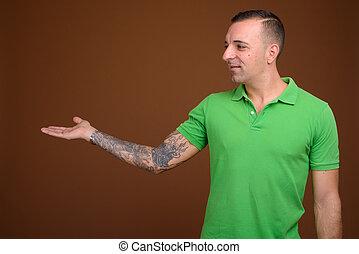 chodząc, brązowy, koszula, przeciw, zielone tło, człowiek