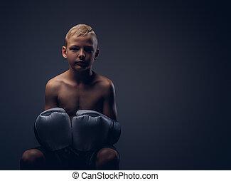 chodząc, chłopieć posiedzenie, shirtless, boks, młody, rękawiczki, chair.