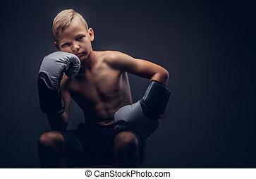 chodząc, chłopieć posiedzenie, shirtless, boks, młody, rękawiczki, chair., znudzony