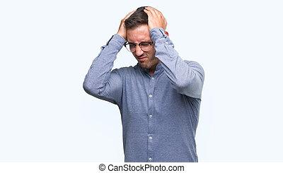 chodząc, człowiek, because, ból, migraine., akcentowany, młody, okulary, elegancki, cierpienie, rozpaczliwy, siła robocza, head., ból głowy, przystojny
