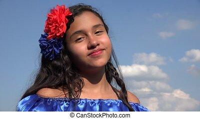 chodząc, dziewczyna, tradycyjny, uśmiechanie się, strój, kolumbijczyk