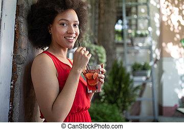 chodząc, fryzura, fason, afro, młody, czarna kobieta, portret, wzór, strój