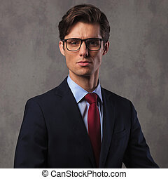 chodząc, handlowy, młody, zaufany, człowiek, okulary
