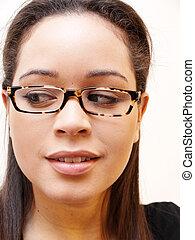 chodząc, hispanic kobieta, kaukaski, okulary