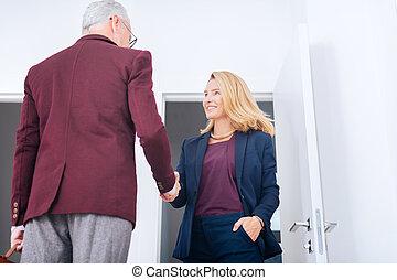 chodząc, jej, kobieta interesu, ręka, elegancki, naszyjnik, szykowny, szef, potrząsanie, ładny