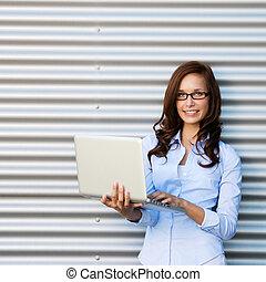chodząc, kobieta, laptop, młody, pociągający, okulary