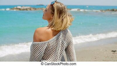 chodząc, kobieta, plaża, sweter, szary, herb otwarty