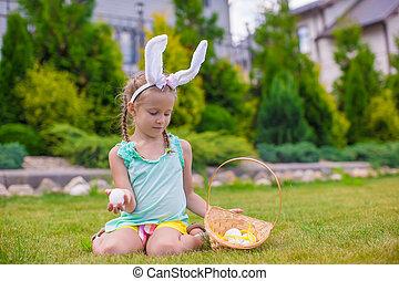 chodząc, mały, godny podziwu, jaja, dzierżawa, kosz, dziewczyna, wielkanocna trusia, kłosie