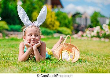 chodząc, mały, godny podziwu, jaja, kosz, dziewczyna, wielkanocna trusia, kłosie