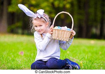 chodząc, mały, godny podziwu, wiosna, jaja, królik, dzierżawa, kosz, dziewczyna, wielkanoc, dzień, kłosie