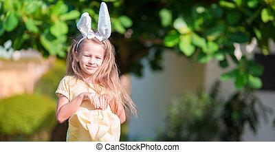 chodząc, mały, godny podziwu, wiosna, jaja, królik, dziewczyna, wielkanoc, dzień, kłosie