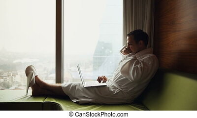 chodząc, miasto, motywacja, pojęcie, pracujący, filiżanka, szata, laptop, posiedzenie, młody, wanna, patrząc, okno, komputer, kawa, biały, biznesmen, uśmiechanie się, prospekt., wschód słońca