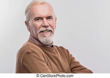 chodząc, modrooki, rozłożysto, brązowy, sweter, starszy, ciemny, uśmiechnięty człowiek