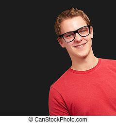 chodząc, na, młody, czarne tło, portret, uśmiechnięty człowiek, okulary