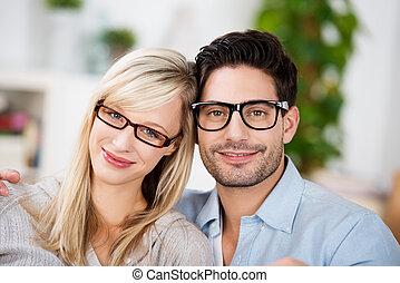 chodząc, para, pociągający, młody, okulary