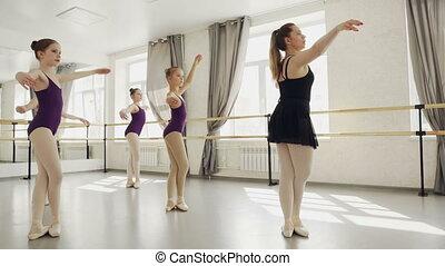 chodząc, pieszy, tancerze, grupa, slippers., taniec, szczupły, dziewczyny, balet, bodysuits, ich, wykonując, modny, rehearsing, nauczyciel, tiptoes., ruchy