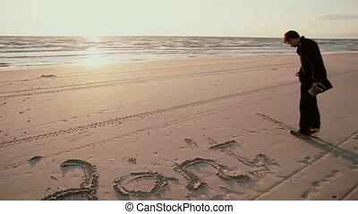 chodząc, plaża., ciemnowłosy, marynarka, dżinsy, pisanie, piasek, b, czarnoskóry, facet, dont