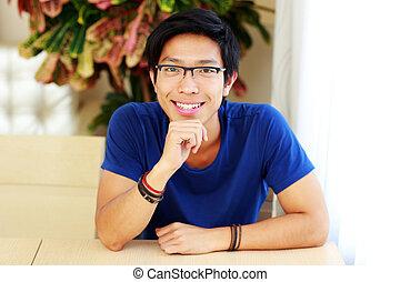 chodząc, posiedzenie, asian, stół, uśmiechanie się, okulary, człowiek