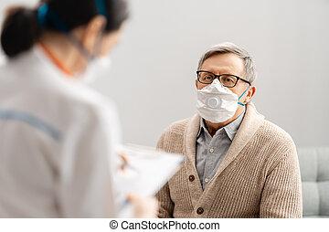 chodząc, senior, facemasks, człowiek, doktor