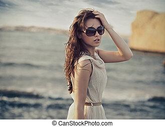 chodząc, sprytny, kobieta, sunglasses