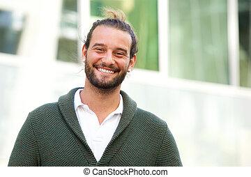 chodząc, sweter, zielony, uśmiechnięty człowiek, broda
