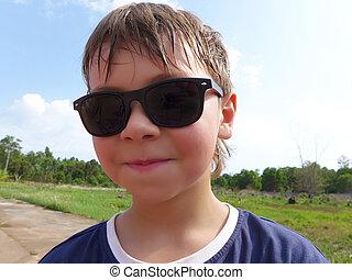 chodząc, teenage, uśmiechanie się, chłopiec, sunglasses