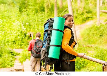 chodzić na piesze wycieczki, para, backpacks, młody