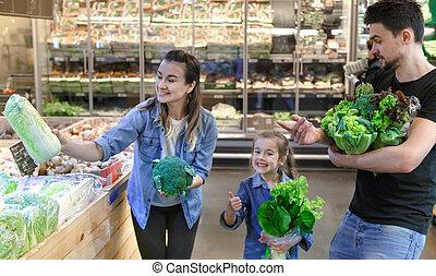 choisir, heureux, trois, ou, famille, vegetables., achats, market., gai, légume, département, supermarché, tomates
