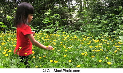 choisissant fleurs, girl, jaune, asiatique