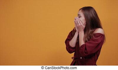 choqué, femme, mains, couvert, caucasien, bouche
