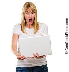 choqué, femme regarde, à, ordinateur portable
