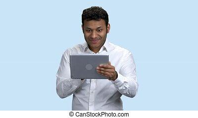 choqué, regarder, tablet., homme, numérique