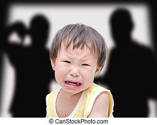 chorando, illtle, menina asiática, com, dela, luta, pais, em, a, backgr