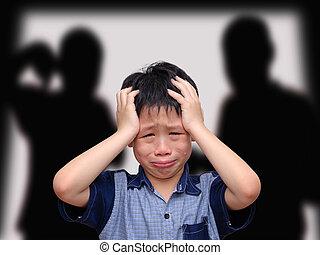chorando, menino asian, com, seu, luta, pais, em, a, fundo