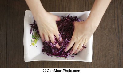 chou, femme, rouges, salade, mains