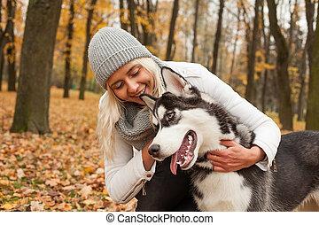 chouchou, femme souriante, chien
