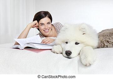 chouchou, livre, femme souriante, chien