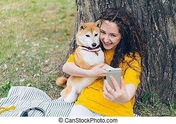 chouchou, selfie, parc, chien, étreindre, appareil photo, tenue, portrait, girl, prendre, heureux