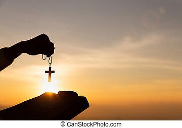 chrétien, bible, mains, saint, coucher soleil, lumière, tenue femme, silhouette, croix, ascenseur, arrière-plan., jeune
