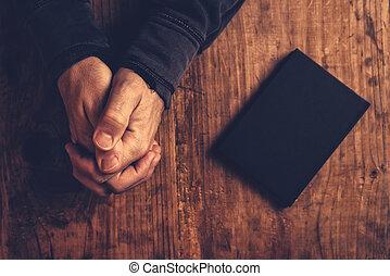 chrétien, homme, prier, à, mains, traversé