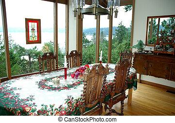 Christmas dinner table setting. - Christmas dinner table set...