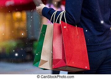 christmas fazendo compras, -, bolsas para compras, em, mão, com, snowflake, ligado, decoração natal, e, mais claro, ligado, rua, fundo