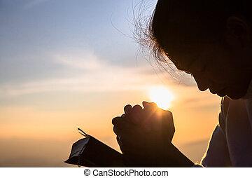 chrześcijanin, sylwetka, modlący się, zakon, otwarty, krzyż, kobieta, biblia, wschód słońca, pojęcie, młody, tło.